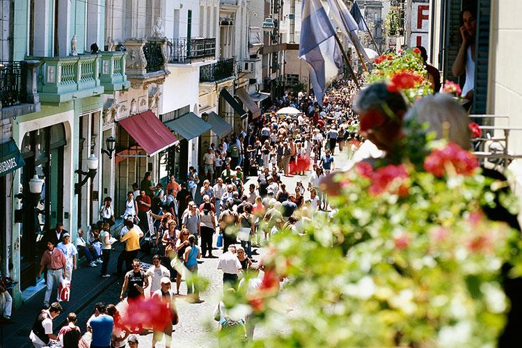 Gente caminando por las calles de San Telmo, Buenos Aires