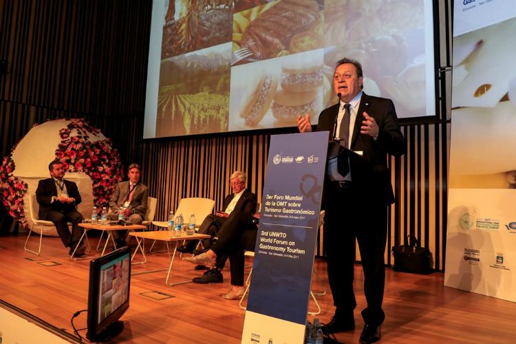 El ministro Santos en su exposición